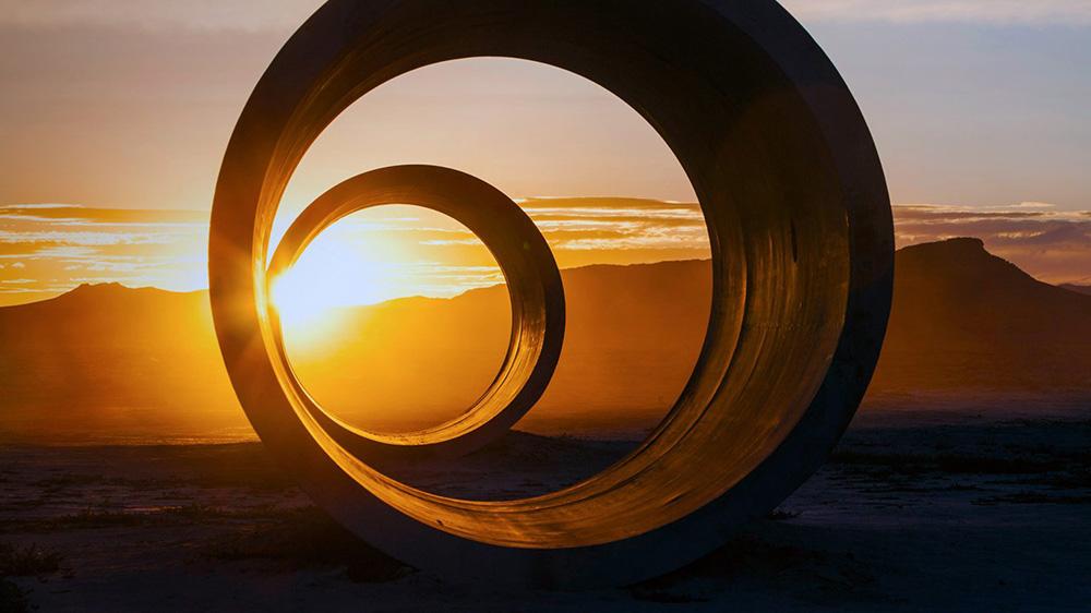 Sun tunnels, Nancy Holt, 1976: cuatro cilindros de hormigón alineados por parejas para los solsticios